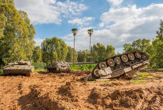 以军故意将坦克翻进泥潭锻炼战场抢救能力