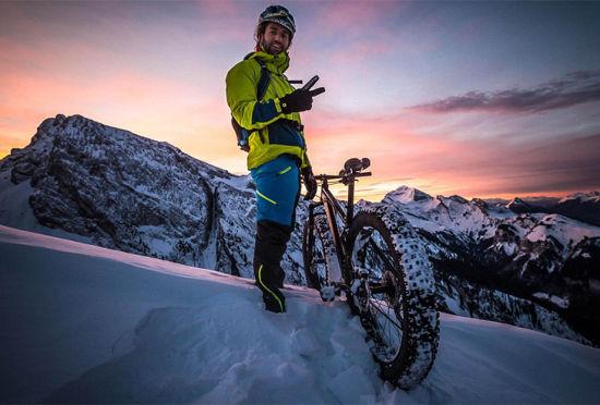 挑战极限法国男子骑改装自行车下雪山