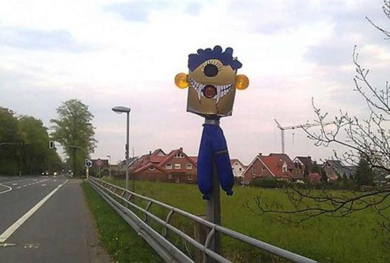 德国街头搞怪测速仪有的像鬼脸有的挂披萨