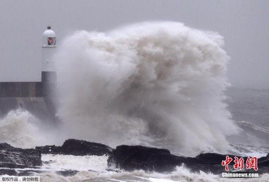 强风席卷英国南威尔士港口掀起巨浪
