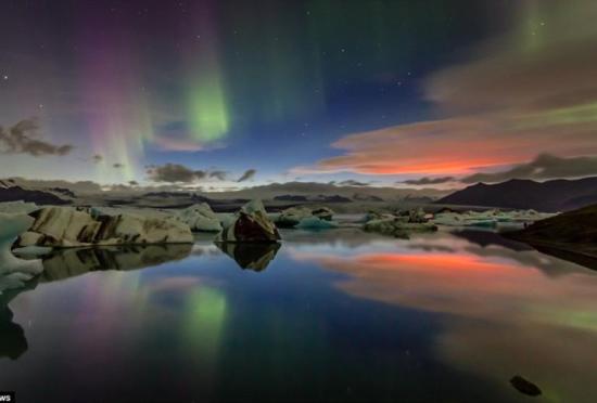 冰岛火山喷发火光与北极光交相辉映