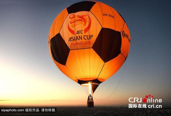 墨尔本上空现足球热气球助兴亚洲杯