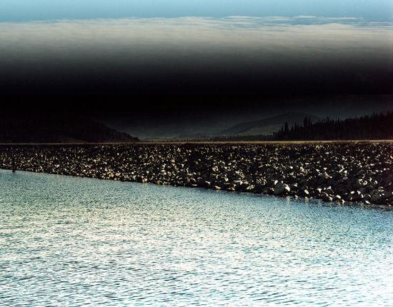 【环球网综合报道】河流孕育着文明,浸润着生命,与人类社会的产生和发展有着千丝万缕的联系。然而,由于气候变化和某些人为因素,不少河流正面临消失的危险。据美国《赫芬顿邮报》1月13日报道,摄影师安斯利韦斯特里弗斯(Ansley West Rivers)用她的镜头捕捉到许多河流正濒临消失的现状,为我们敲响了警钟。   从2011年起,里弗斯便忙于拍摄她的作品《七条河》(Seven Rivers)。这七条河包括科罗拉多河、密苏里河、哥伦比亚河、里奥格兰德河、图奥勒米河、阿尔塔马哈河和哈德森河。   在长达2