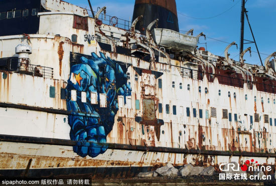 涂鸦艺术家将英国报废轮船变身涂鸦画廊