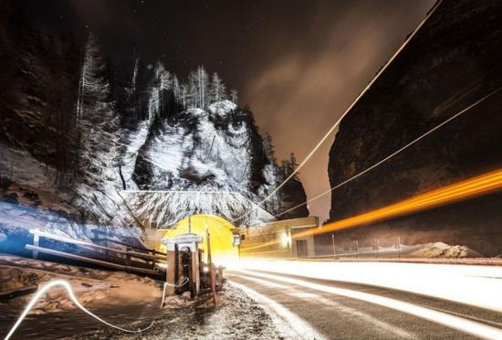 法国隧道口现人脸灯光投影似吞噬车辆