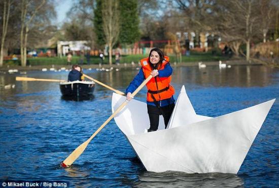 英建三米六长超级纸船:可搭载1名成年人