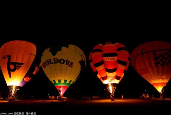保加利亚国际热气球比赛点缀夜空
