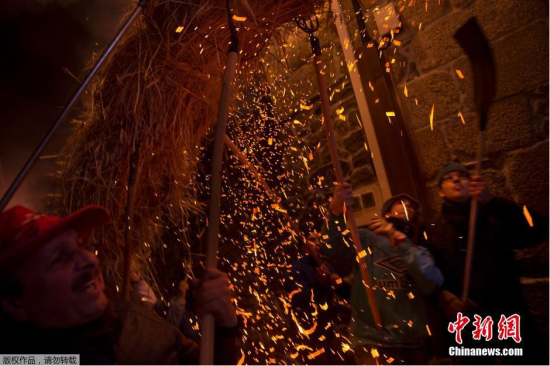西班牙民众欢度火把节纪念圣塞巴斯蒂安