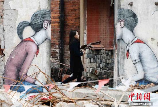 艺术家在上海拆迁废墟上涂鸦走红网络