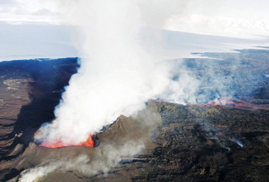 摄影师抓拍冰岛火山喷发原始之美