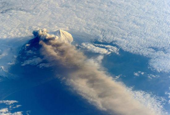 从上帝的视角看到火山喷发应该是这样的