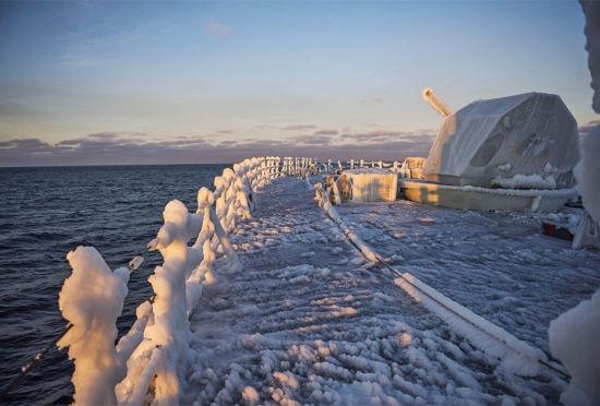 加拿大战舰巡航遭冰雪天气被冻成冰棍