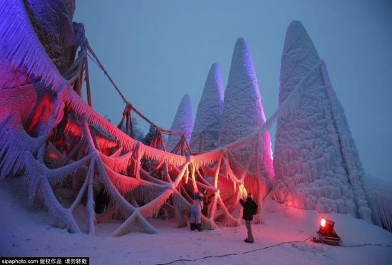 芬兰大学生仿著名建筑圣家堂造冰雪教堂