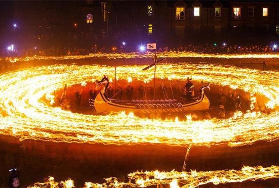 设得兰群岛庆祝维京火祭节火光冲天