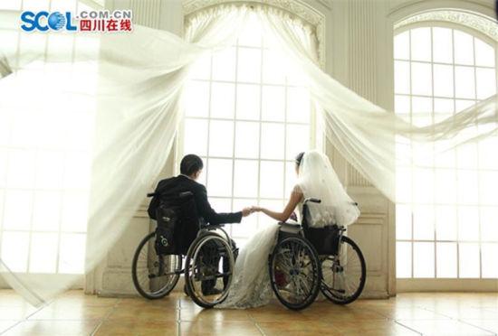 四川省一对截瘫夫妻拍下最美婚纱照