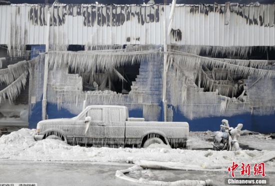 纽约一仓库着火消防员喷水将车辆房屋冰冻