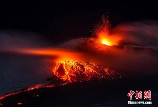 意大利火山爆发:熔岩喷涌似火龙飞舞