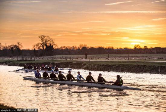 英国剑桥:学生们在康河上进行划船训练