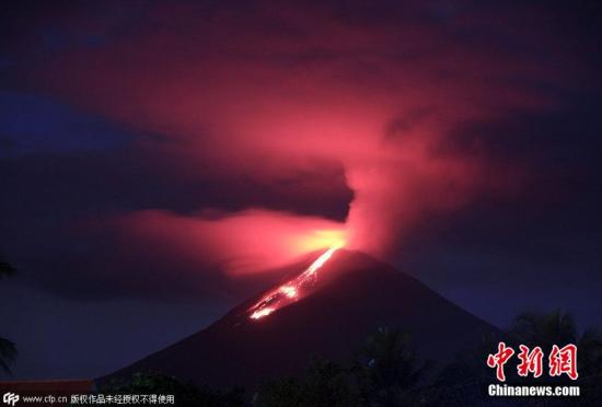 印尼索普坦火山喷发火光冲天映红天际
