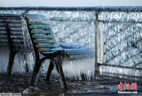 瑞士遭低温袭击岸边长凳挂满冰柱