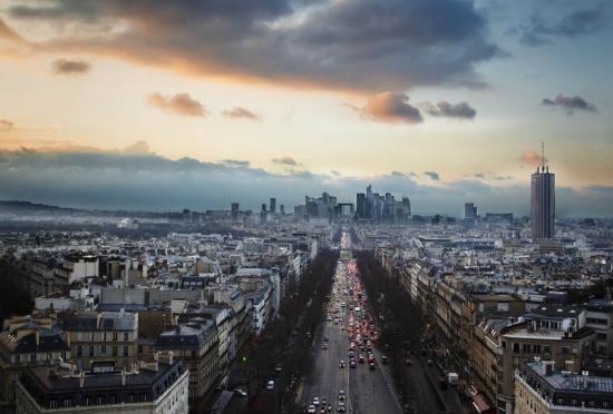 法国的地标凯旋门看日落犹如科幻大片
