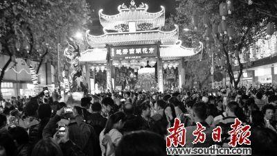 记者看到广州塔西广场旁有一辆警察执勤车