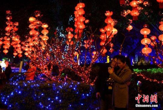 福州元宵灯会亮灯数万民众走上街头观灯