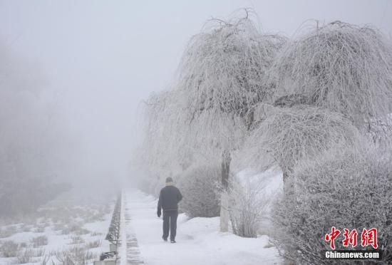 吉林松花江畔现春日雾凇景观宛如仙境