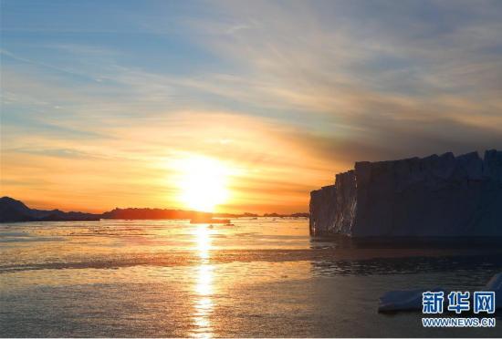 科学考察船上拍摄南极冰川黄昏时分的景色
