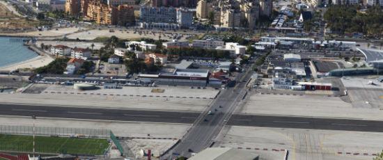 伊比利亚半岛一角上的直布罗陀机场(The Gibraltar Airport at the tip of the Iberian Peninsula)   不管是起飞还是降落,这条跑道都令人毛骨悚然。因为这两公里的跑道正好从繁忙的温斯顿•丘吉尔大道(Winston Churchill Avenue)下穿过。这意味着当飞机从空中降落时,行人将不得不停止他们的脚步。   尼泊尔喜马拉雅山脉上的卢卡拉机场( The Tenzing-Hillary Airport high in the Hima