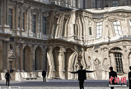 法国卢浮宫现巨型哈哈镜时空扭曲引围观