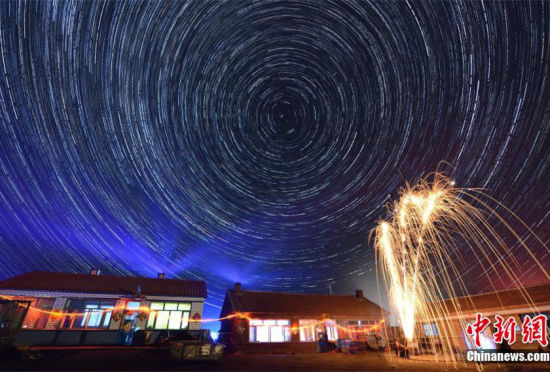 摄影师拍摄中俄边境北纬51度星轨美图