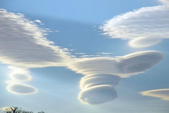 英国高空现罕见飞碟云形如UFO