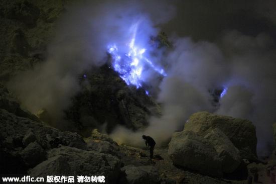 印尼火山喷发蓝色岩浆如科幻大片场景