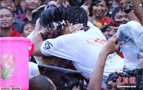 巴厘岛接吻节:当地人认为接吻可避噩运