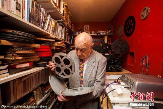 81岁老影迷打造迷你私家影院对公众开放