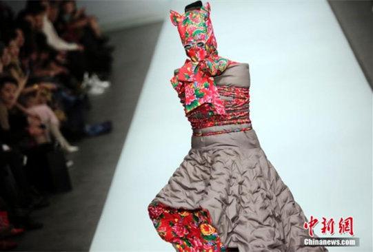 模特着中国特色棉袄走T台惊艳国际时装周