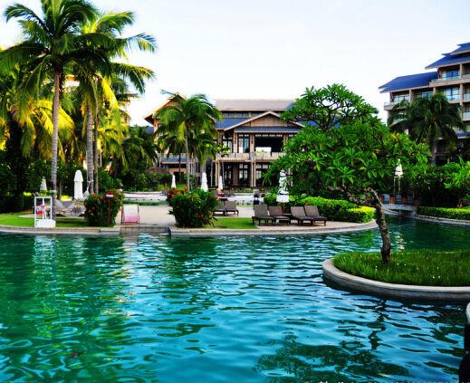 季节的三亚   碧海,蓝天,白云,阳光,沙滩,椰林构成了一幅绝妙的风景画