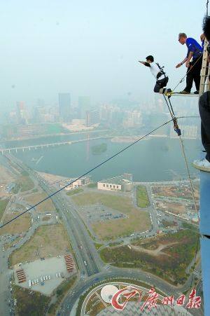 **旅游塔上可进行凌空一跳的刺激体验。