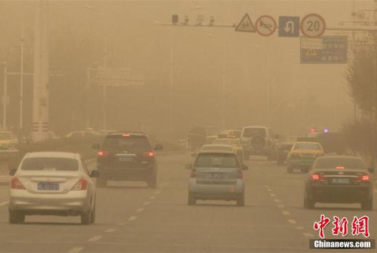 新疆哈密遭遇沙尘天气能见度不足200米