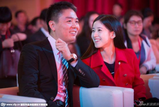 奶茶妹妹与刘强东亲密热聊满目爱意