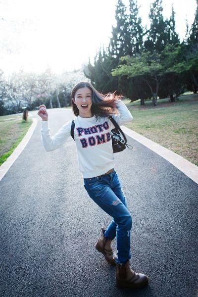 演员李艾瑾拍校园风户外写真