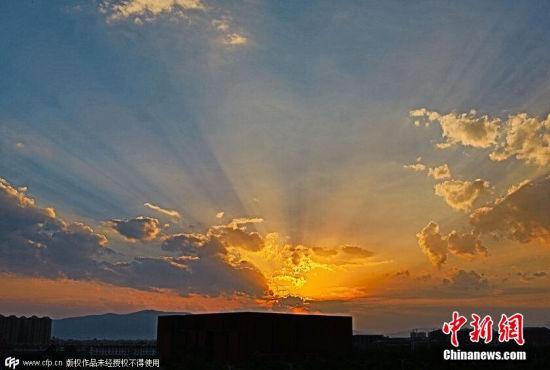 云南昆明上空出现太阳和云彩相互映射景观
