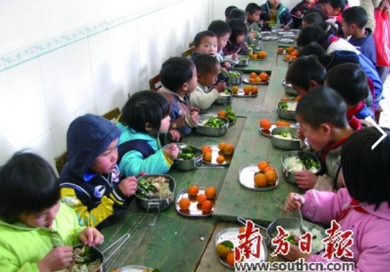 为贫困地区的孩子提供营养午餐是资助计划中的一项重点工作