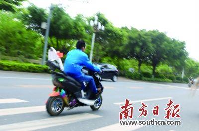 普通摩托车经过改装后,速度奇快,呼啸而过.王良珏 摄-主干道成飙高清图片
