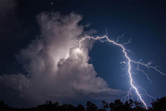 澳大利亚天空现罕见向上闪电引视觉幻象