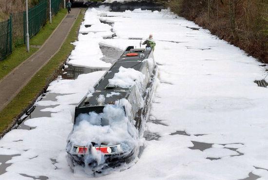 英国化工厂起火灭火产生30米泡沫河