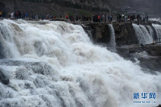 壶口瀑布:奔腾汹涌气势足游客叹为观止