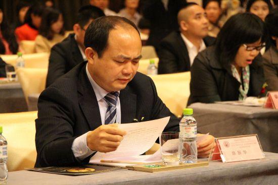 湛江市旅游投资集团有限公司董事长陈振华先生作会前准备。