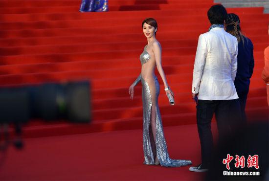 北京电影节红毯吸睛蓝燕裸色长裙曲线毕露